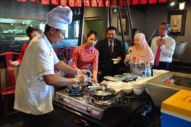 越南向南非友人推介特色文化与美食 hinh anh 2