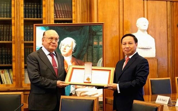 越南向莫斯科罗蒙诺索夫国立大学授予友谊勋章 hinh anh 1