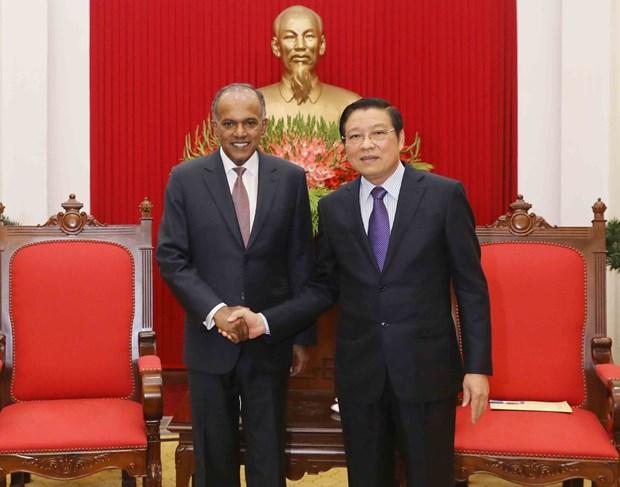 越共中央内政部部长潘廷镯会见新加坡内政部长尚穆根 hinh anh 1