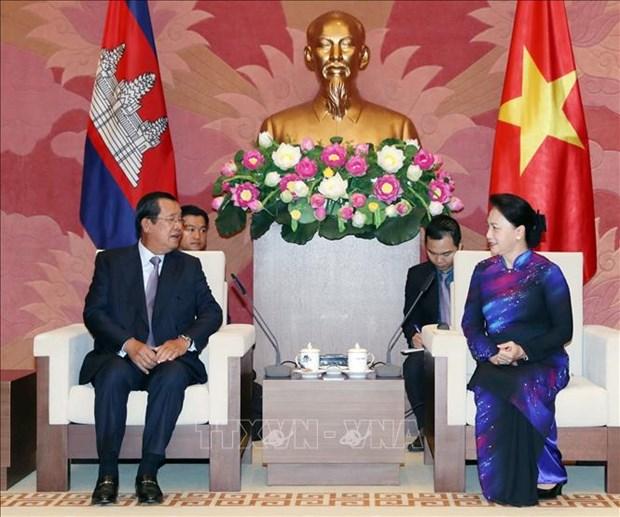 越南国会主席阮氏金银会见柬埔寨首相洪森 hinh anh 2