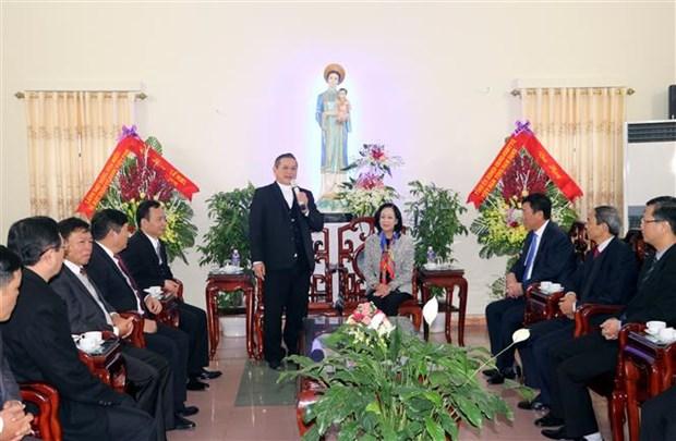 2018年圣诞节:张氏梅看望慰问天主教裴朱教区主教座堂神职人员 hinh anh 1