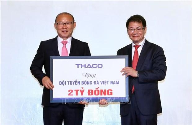 越南国足主帅为越南慈善活动和推动越南足球发展捐赠10万美元奖金 hinh anh 1
