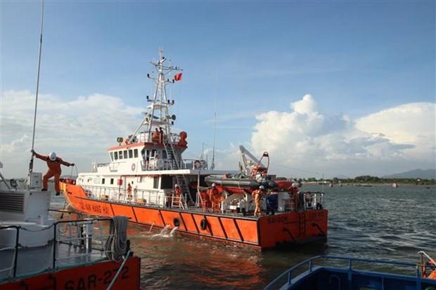 海上遇险的10名船员安全救送上岸 1具船员尸体已找到 hinh anh 2