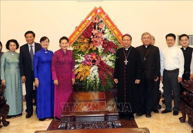 国会主席阮氏金银圣诞节前走访胡志明市天主教总教区 hinh anh 1