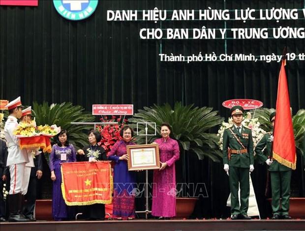 阮氏金银向中央南方局民医委员会授予人民武装力量英雄称号 hinh anh 1