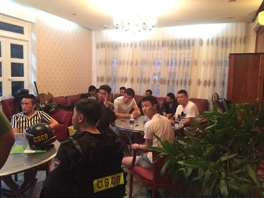 越南警方抓获涉嫌银行卡复制和网络赌博的22名中国籍犯罪团伙 hinh anh 1