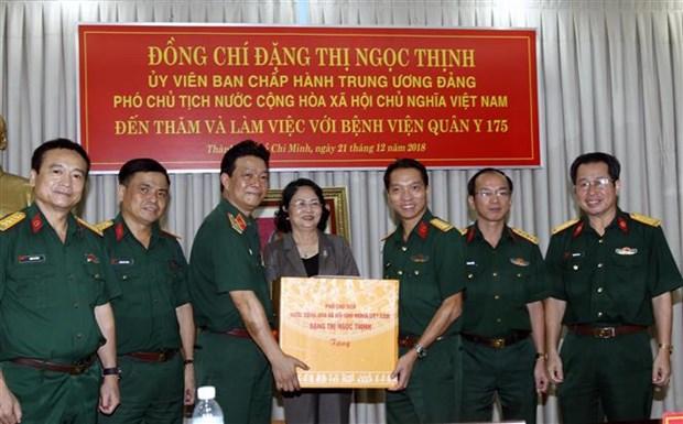 越南国家副主席邓氏玉盛探访越南国防部175号军队医院 hinh anh 2