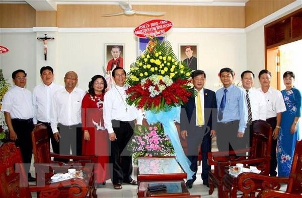 2018年圣诞节:河内市和平阳省领导看望慰问天主教神职人员和信徒 hinh anh 2