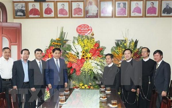 2018年圣诞节:河内市和平阳省领导看望慰问天主教神职人员和信徒 hinh anh 1
