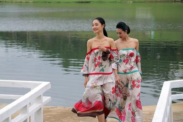 宝禄丝绸和林同土锦时装秀在大叻市举行 hinh anh 1