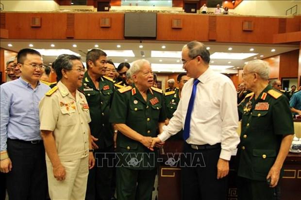胡志明市市委书记阮善仁会见越南人民军退休高级干部 hinh anh 2