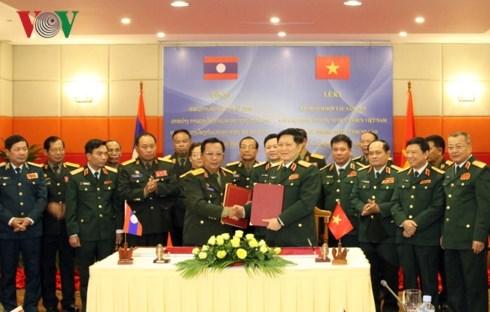 越南与老挝承诺深化防务合作 hinh anh 1
