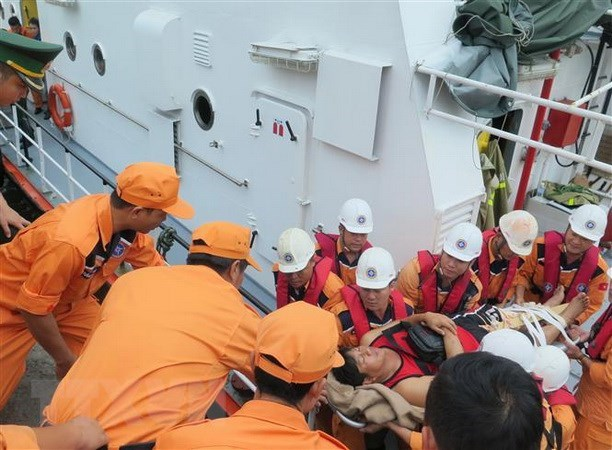 越南成功搜救四名海上遇险的菲律宾船员 hinh anh 1