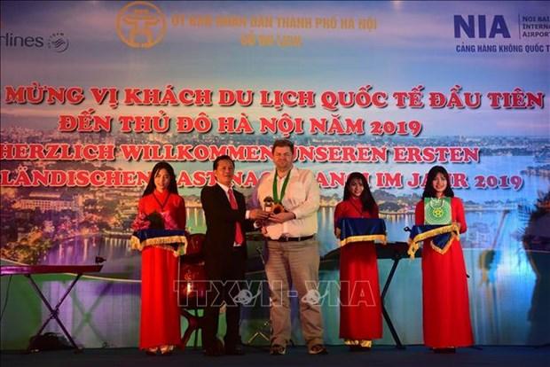 河内和胡志明市等省市迎来2019年第一位国际游客 hinh anh 1
