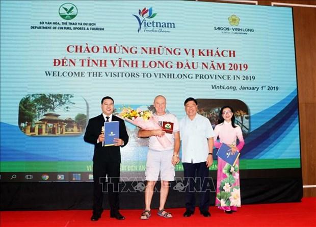 河内和胡志明市等省市迎来2019年第一位国际游客 hinh anh 3