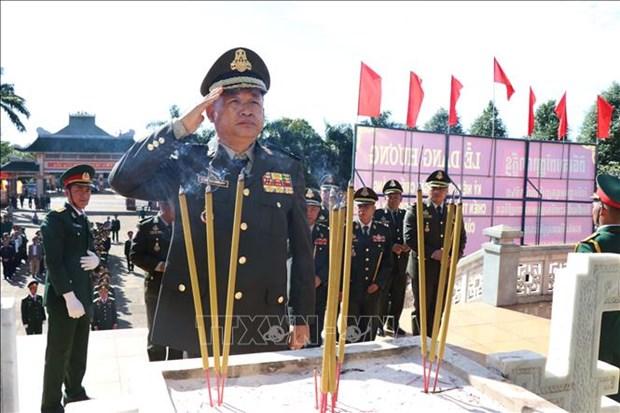 推翻种族灭绝制度胜利40周年:柬埔寨王家军代表团瞻仰嘉莱省烈士陵园 hinh anh 2