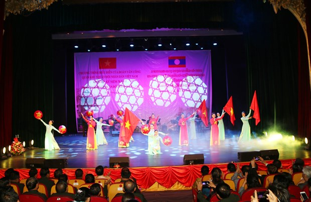 越南人民军第五军区文工团受邀参加庆祝老挝人民军建军70周年文艺演出 hinh anh 1