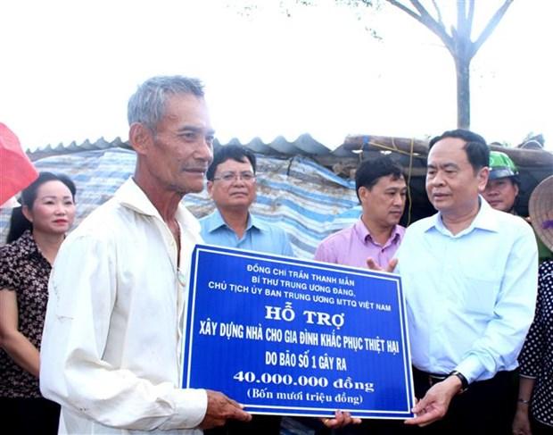 越南祖国阵线中央委员会主席走访慰问遭受1号台风影响的薄辽省受灾群众 hinh anh 1