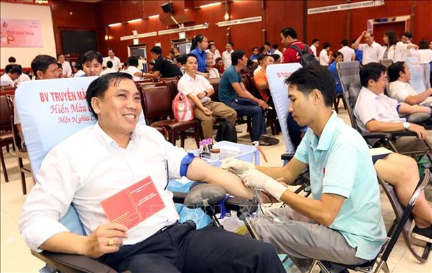 """""""红色星期日""""无偿献血活动在岘港、清化等省市举行 hinh anh 1"""