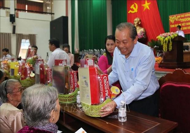 政府副总理张和平走访慰问永隆省优抚家庭和贫困学生 hinh anh 2