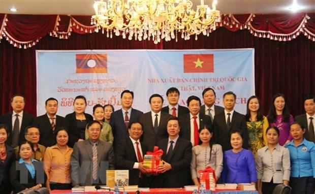 越南国家事实政治出版社向老挝赠送书籍 hinh anh 1