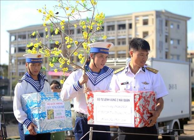 越南海洋岛屿:为海上军民送年货、送温暖 hinh anh 1