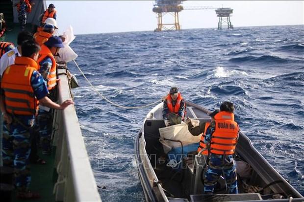 越南海洋岛屿:为海上军民送年货、送温暖 hinh anh 2