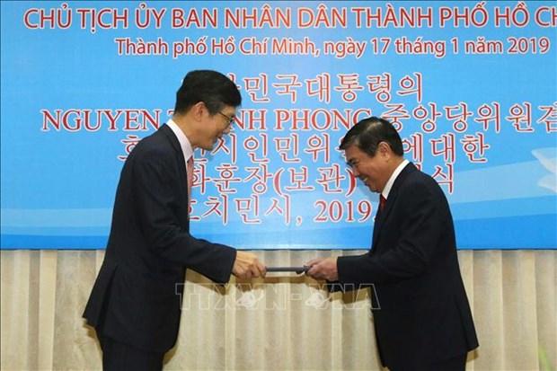 胡志明市人民委员会主席阮成峰荣获韩国总统的文化勋章 hinh anh 1