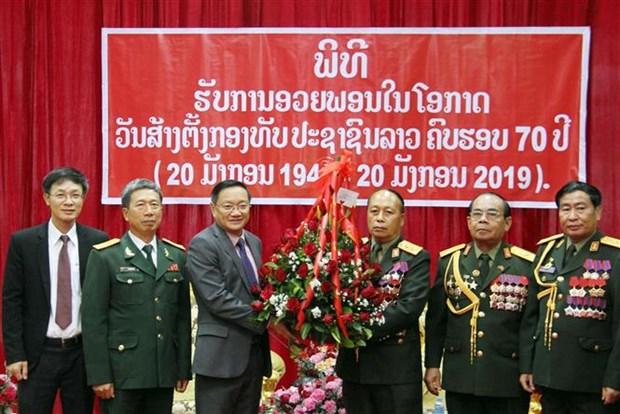 越南驻老挝大使祝贺老挝人民军队成立70周年 hinh anh 2