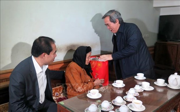 越南领导人春节前走访慰问贫民 hinh anh 2