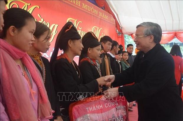 越南领导人春节前走访慰问贫民 hinh anh 1