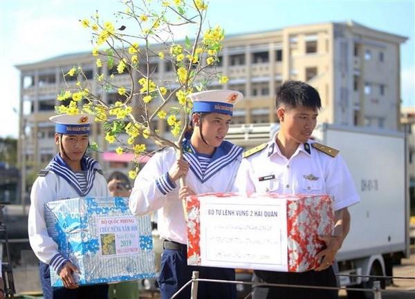 越南海洋岛屿:向长沙群岛上军民送上新春祝福和慰问品 hinh anh 1