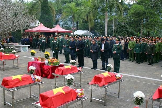 河江省为11名英雄烈士举行安葬仪式 hinh anh 1