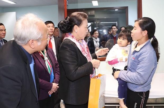 越南国会主席阮氏金银看望中央儿童医院癌症儿童并赠送慰问品 hinh anh 1