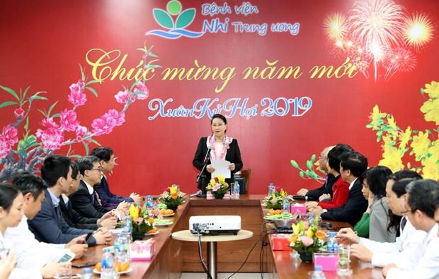 越南国会主席阮氏金银看望中央儿童医院癌症儿童并赠送慰问品 hinh anh 2