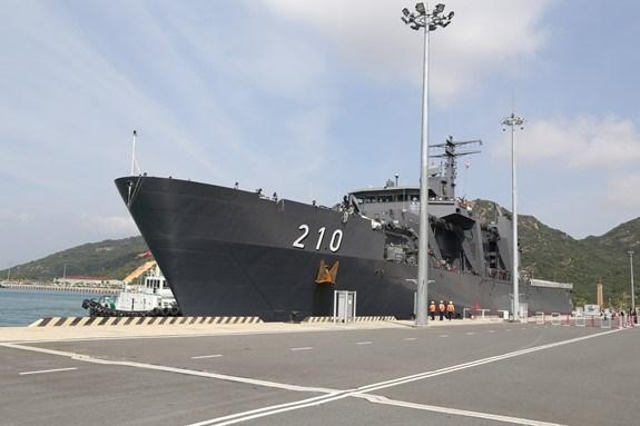 新加坡海军坚韧级登陆舰抵达金兰国际港 hinh anh 1