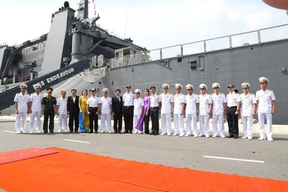 新加坡海军坚韧级登陆舰抵达金兰国际港 hinh anh 2