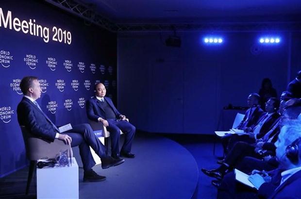 越南政府总理阮春福与世界经济论坛主席进行对话 hinh anh 1
