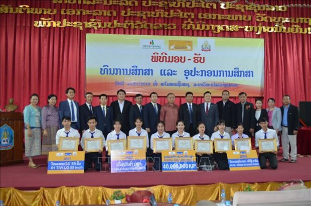 在老越南企业向贫困优秀学生颁发助学金 hinh anh 1