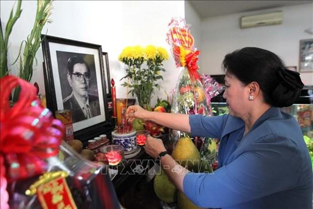 越南国会主席阮氏金银上香缅怀越南原党和国家领导人 hinh anh 1