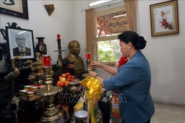越南国会主席阮氏金银上香缅怀越南原党和国家领导人 hinh anh 2