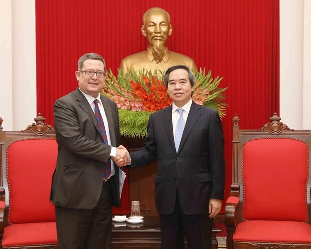 越共中央经济部部长阮文平会见美国贸易代表助理卡尔·埃勒斯 hinh anh 1