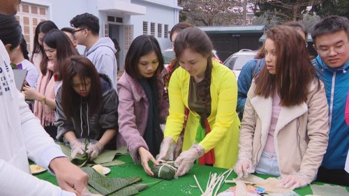 外国留学生喜欢体验越南春节文化习俗 hinh anh 2