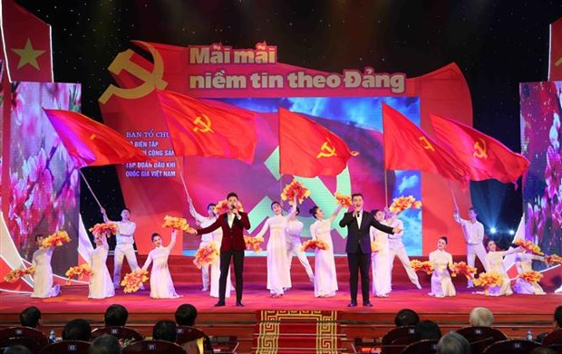"""""""永远保持对党的信心""""文艺演出晚会在河内举行 hinh anh 1"""