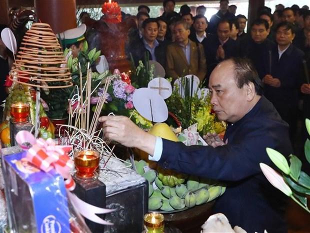 阮春福等党和国家领导前往胡志明主席祠堂上香 hinh anh 1