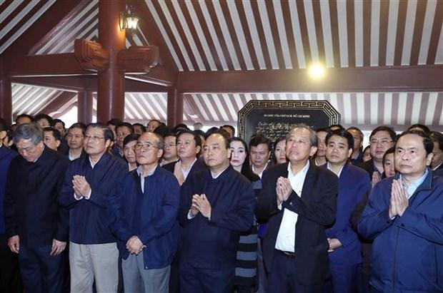 阮春福等党和国家领导前往胡志明主席祠堂上香 hinh anh 2