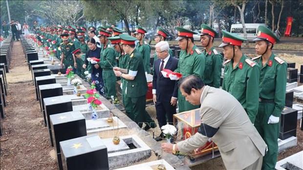 平福省举行在柬埔寨牺牲的越南烈士遗骸安葬仪式 hinh anh 1
