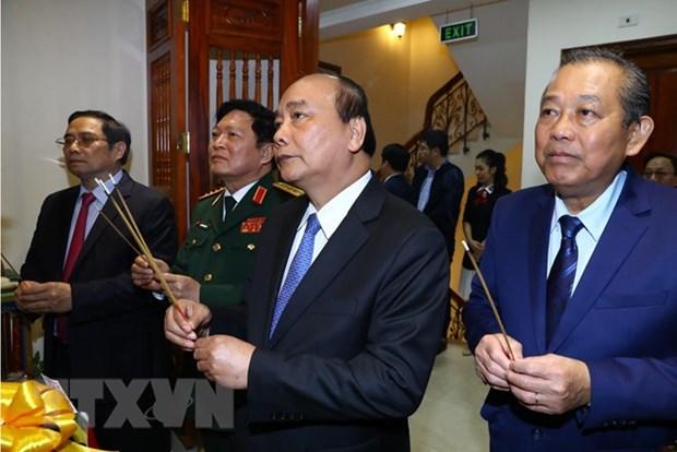 阮春福总理向胡志明市主席与革命老前辈进香 hinh anh 1