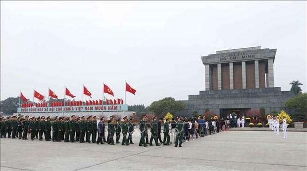越南共产党建党89周年:越南党和国家领导人拜谒胡志明主席陵墓 hinh anh 2