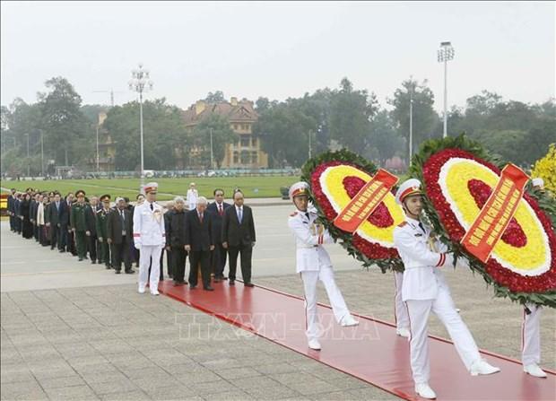 越南共产党建党89周年:越南党和国家领导人拜谒胡志明主席陵墓 hinh anh 1